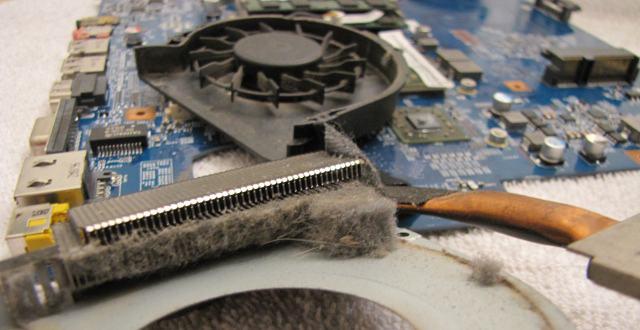 foarte mult praf pe coolerul laptopului.